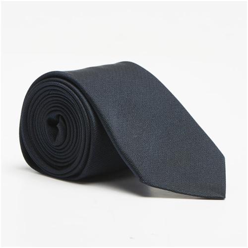 Mörkblå slips till mörkblå kostym