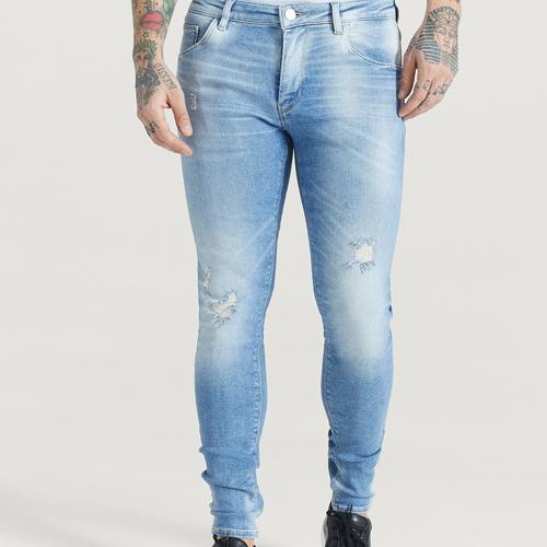blåa slitna jeans herr