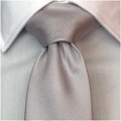 grå slips till mörkblå kostym