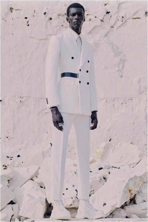 Trend herrmode 2021: vit outfit - Alexander Mcqueen